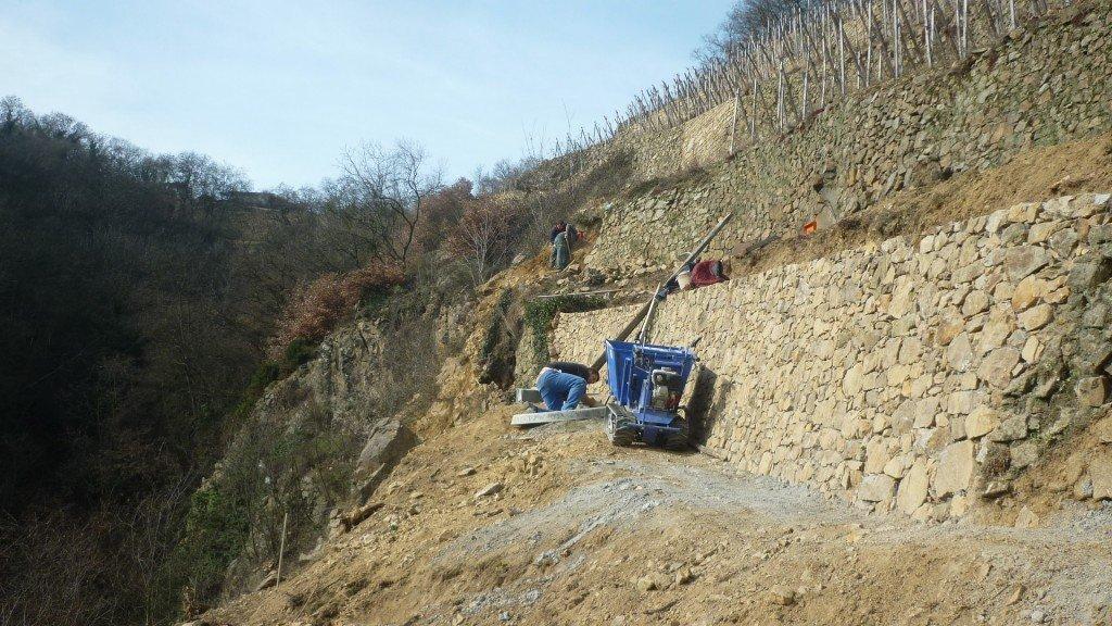 Travaux de vigne, mur en pierre appelé chayé. P10107341-1024x576